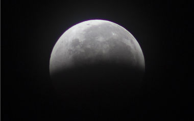 Луны выходит из земной тени
