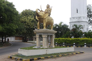 Статуя у часовой башни