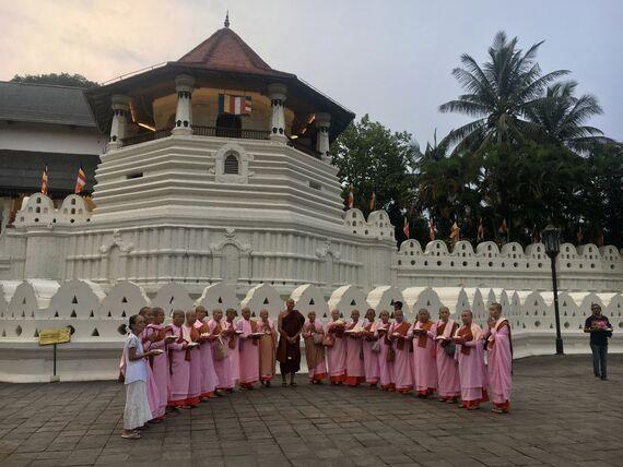 Буддийские монахи у Храма Зуба Будды